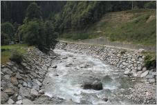Fig. 5 -Enrochement de berge en rivière de montagne.