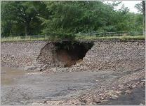 Fig. 6 -Conséquences d'un renard hydraulique sur le barrage des Ouches (Puy-de-Dôme- France).