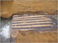Fig.30 - Barrage avec platelage en bois refendus sur la longueur.