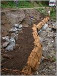 Fig. 48 - Remplissage du caisson avec la terre végétale du site.